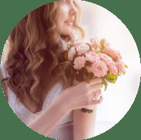 תמונת אווירה מייצגת לתחום צילום האירועים. בתמונה כלה על מבט נוסטלגי, שיער גלי ורך ובידיה זר פרחים ורוד.