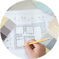 תמונת אווירה לקטגוריית עיצוב פנים בנטיקס, תכנית בית ועליה פלטת גוונים ויד מחזיקה עיפרון