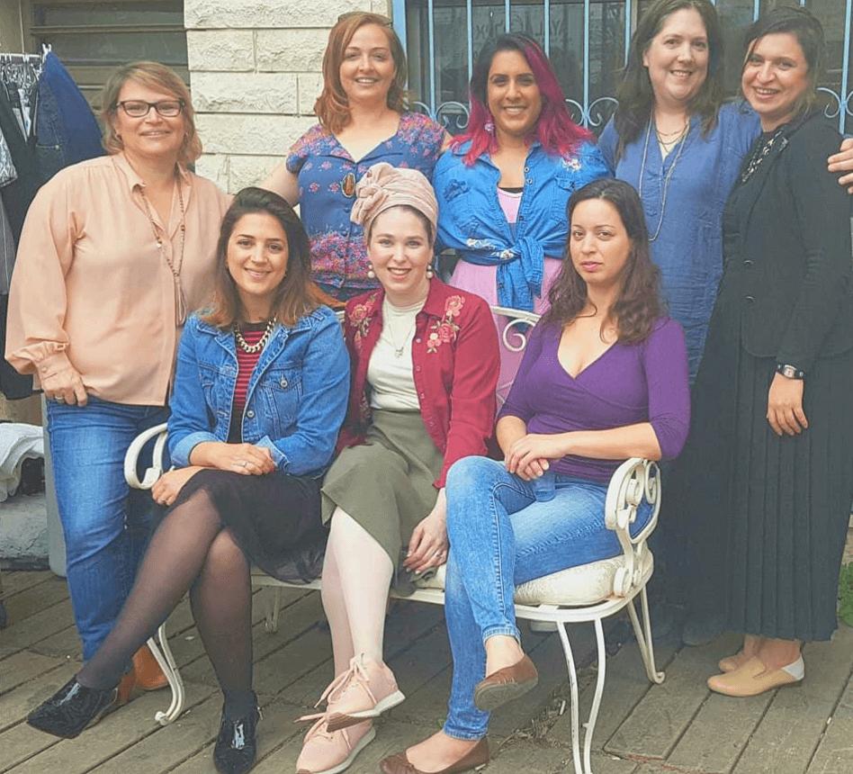 תמונה קבוצתית של תלמידות קורס סטיילינג טיפולי בהנחיית עדי לנדאו רון