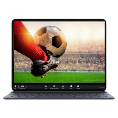 רגל מקצוענית בועטת בכדורגל באיצטדיון עם קהל ברקע - תמונה על מרקע מסך לפטופ