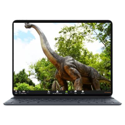 מסך לפטופ ועליו תמונת רקע לזום של דיהוזאור גדול עם צוואר ארוך שעומד בתוך יער. חלק מחבילת רקעים לזום לילדים ונוער