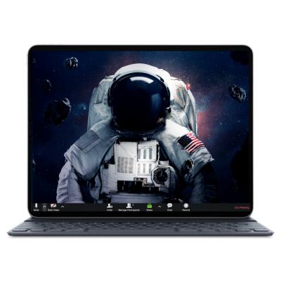 בתמונה רואים לפטופ כשברקע צילום של אסטרונאוט עם חליפת חלל מלאה כחלק מחבילת רקעים לילדים ונוער לזום