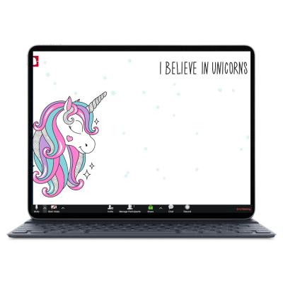 לפטופ כשעל המסך חד קרן עם כיתוב ״I belive in unicorns״