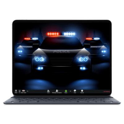 מסך לפטופ עם פאנל ממשק זום ותמונת רקע של ניידת משטרה