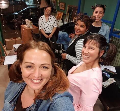 תמנה של עדי עם תלמידות מחייכות עם קוקיות בשיער styling therapy סטיילינג טיפולי