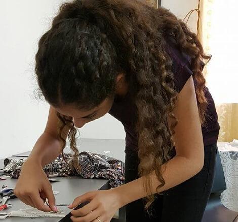 תלמידה עובדת בסדנא styling therapy סטיילינג טיפולי